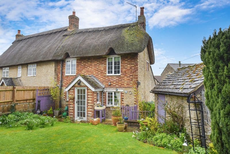 Thatched roof cottage in Wendlebury